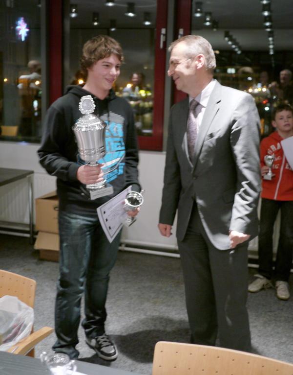 Der strahlende Jugendstadtmeister 2011 mit Herrn Moormann